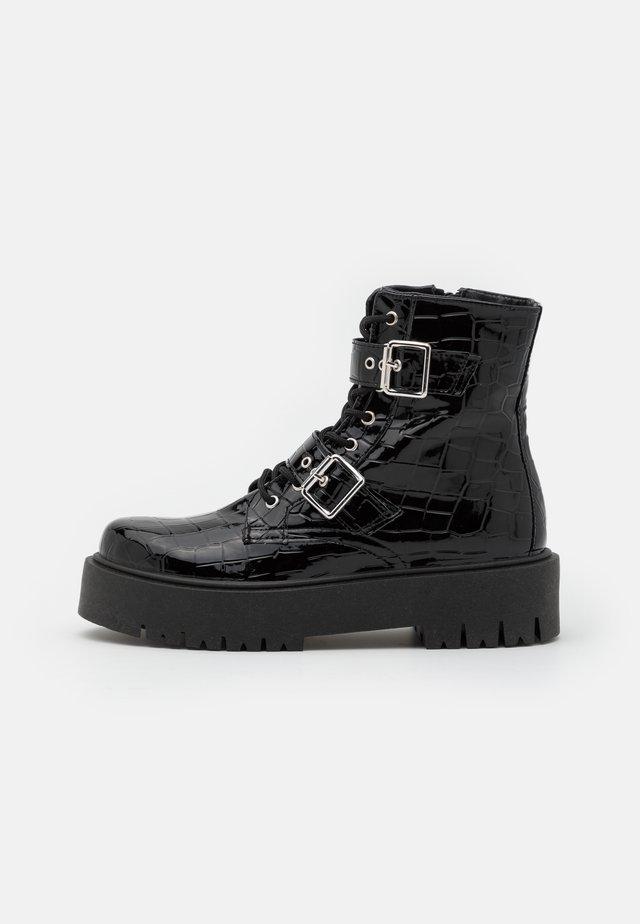 BELLA BUCKLE BOOT - Enkellaarsjes met plateauzool - black