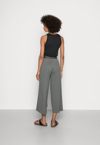 Marc O'Polo - CULOTTE CROPPED LENGTH ELASTIC WAISTBAND AT BACK - Trousers - olive garden - 2