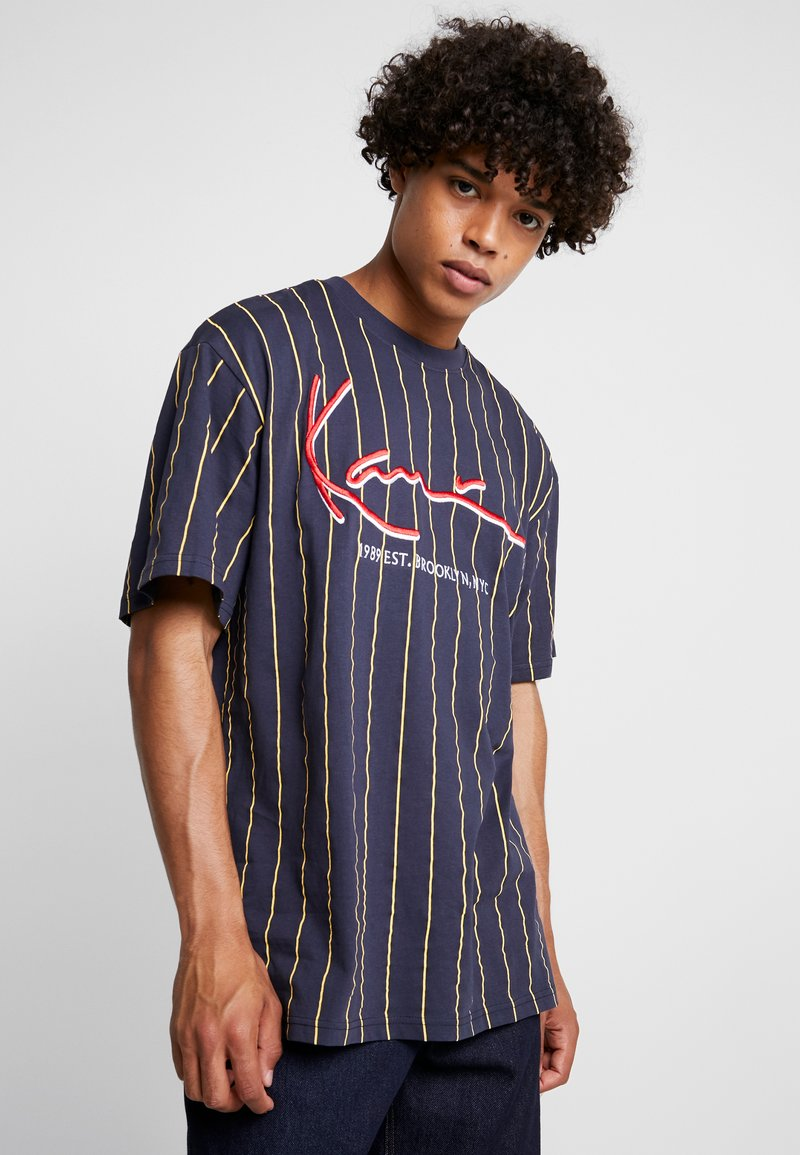 Karl Kani - SIGNATURE PINSTRIPE TEE - Camiseta estampada - navy/yellow/red