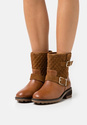 SERIOUS THINKING - Cowboy/biker ankle boot - cognac