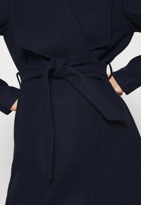 VILA PETITE - VICOOLEY COLLAR BELT COAT - Classic coat - navy blazer - 4