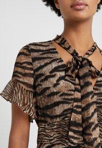 MICHAEL Michael Kors - GLAM BENGAL TIE - Vestido informal - dark camel - 5