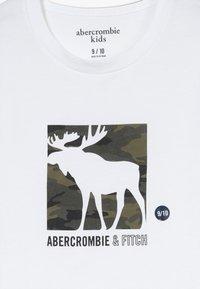 Abercrombie & Fitch - LOGO - T-shirt z nadrukiem - white - 3
