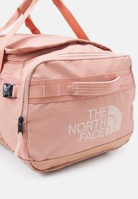 The North Face - BASE CAMP VOYAGER DUFFEL UNISEX - Zaino - cafecreme/eveningsandpink - 9