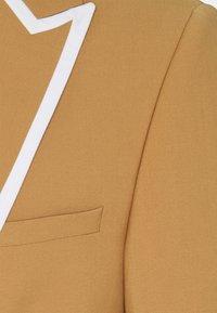 Twisted Tailor - HYNES SUIT - Traje - mustard - 11