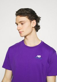 New Balance - ESSENTIALS EMBROIDERED TEE - T-shirt - bas - prism purple - 3