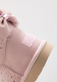UGG - MINI BAILEY BOW II STARRY LITE - Kotníkové boty - seashell pink - 2