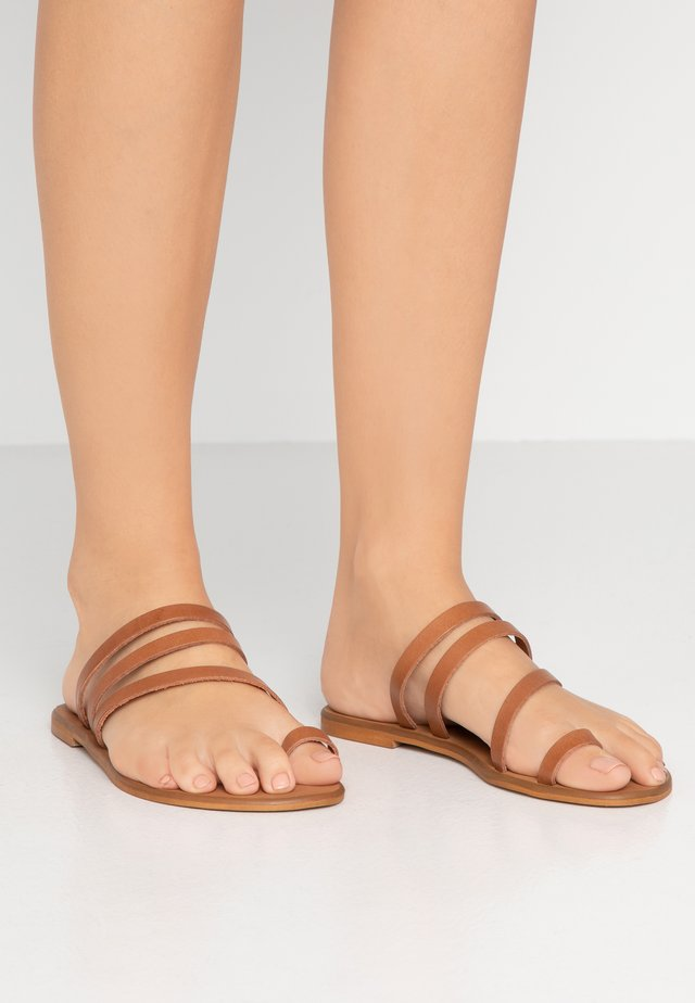 SEVILLE WIDE FIT - T-bar sandals - tan