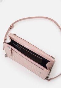 PARFOIS - CROSSBODY BAG HAPPY - Taška spříčným popruhem - pink - 2