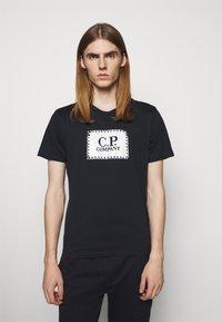 C.P. Company - SHORT SLEEVE - T-shirt imprimé - total eclipse - 0
