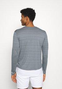 Nike Performance - MILER - Funkční triko - smoke grey/reflective silver - 2