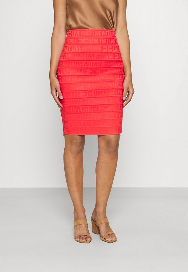 Pouzdrová sukně - amaranto