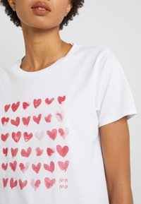 J.CREW - MOTHER'S DAY HEARTS CREWNECK - Print T-shirt - ivory - 5