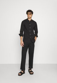 Pier One - MUSCLE FIT - Camicia - black - 1