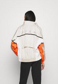 Nike Sportswear - ARCHIVE RMX - Chaqueta de deporte - light bone/white/healing orange - 2