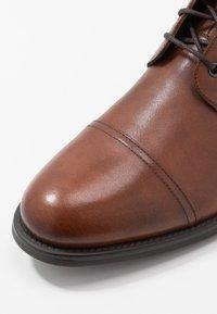 Vagabond - SALVATORE - Šněrovací kotníkové boty - cognac - 5