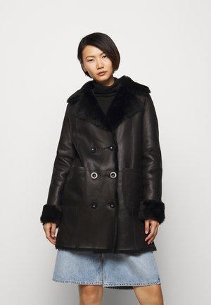 CAROLINE SHEARLING COAT - Frakker / klassisk frakker - black