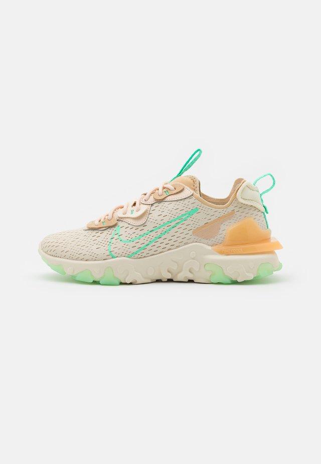 REACT VISION - Sneakers laag - pearl white/green glow/sesame/coconut milk