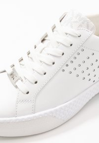 MICHAEL Michael Kors - CODIE LACE UP - Trainers - bright white - 2