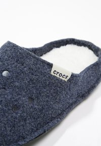 Crocs - CLASSIC - Chaussons - nautical navy/oatmeal - 5