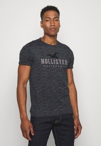 Hollister Co. - TONAL GRAPHIC 3 PACK - T-shirt con stampa - light blue/blue/black - 1
