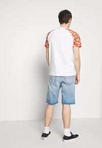 Jack & Jones - JORTROPIC TEE - Camiseta estampada - cloud dancer - 2