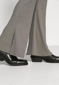 Missguided Petite - SPLIT HEM FLARE - Bukse - dark grey - 4