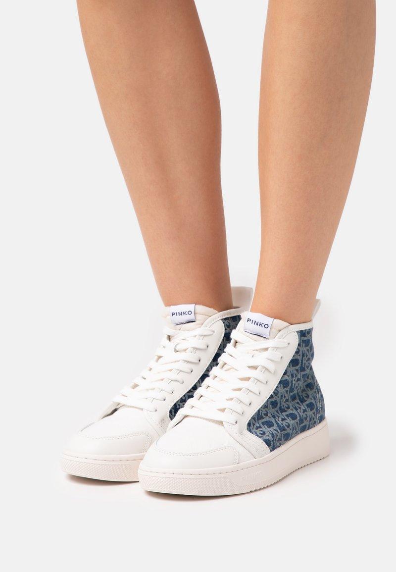 Pinko - LIQUIRIZIA TOP MONOGRAM - Sneakersy wysokie - offwhite/blu