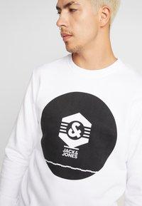 Jack & Jones - JCOKNOWN CREW NECK - Sweatshirt - white - 4