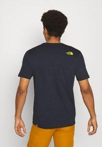 The North Face - M S/S EASY TEE - EU - Print T-shirt - dark blue/mustard yellow - 2
