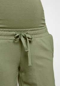 MAMALICIOUS - Shorts - oil green - 4