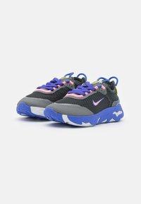 Nike Sportswear - RT LIVE UNISEX - Sneakers basse - dark smoke grey/sunset pulse/smoke grey/sapphire - 1