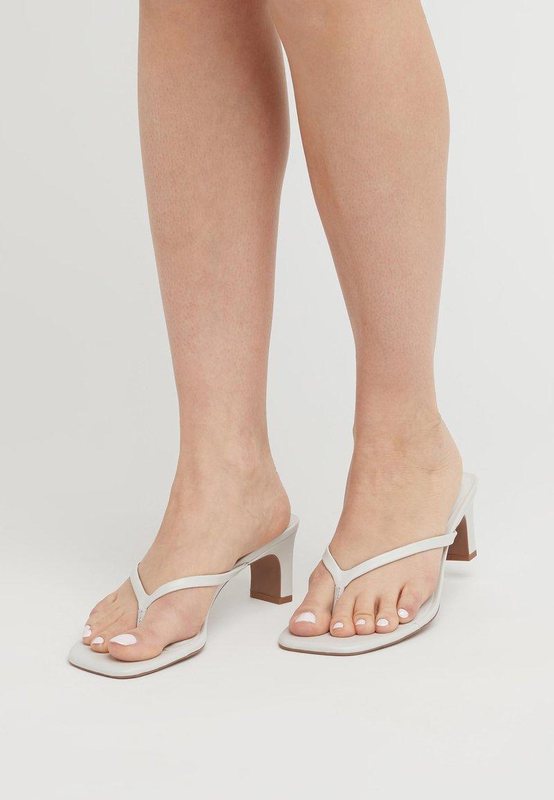 Next - Sandály s odděleným palcem - white