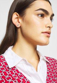 Lauren Ralph Lauren - TAYLOR LOGO STUD - Pendientes - silver-coloured - 0