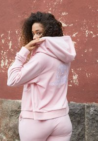 Juicy Couture - ANNIVERSARY CREST  HOODIE - Sweater met rits - almond blossom - 2