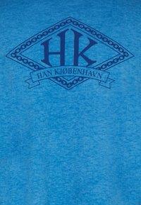 Han Kjøbenhavn - BOXY TEE - Print T-shirt - faded blue - 7