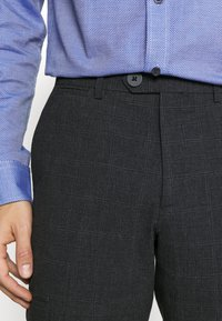 Jack & Jones PREMIUM - JPRSEERSUCKER TROUSER - Pantaloni - dark grey - 4
