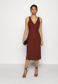 IVY & OAK - BODYCON DRESS - Shift dress - chestnut - 1