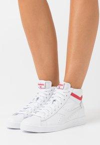 Diadora - GAME OPTICAL - Zapatillas altas - white/geranium - 0