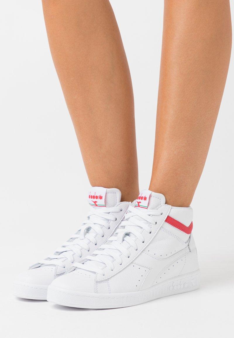 Diadora - GAME OPTICAL - High-top trainers - white/geranium