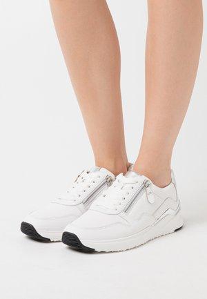 Trainers - weiß/silber