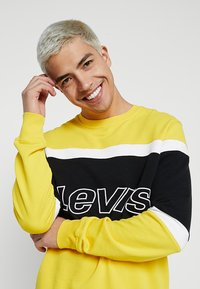 Levi's® - PIECED CREW - Sweatshirt - yellow - 3
