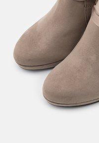 Tamaris - Kotníková obuv na vysokém podpatku - pepper - 5