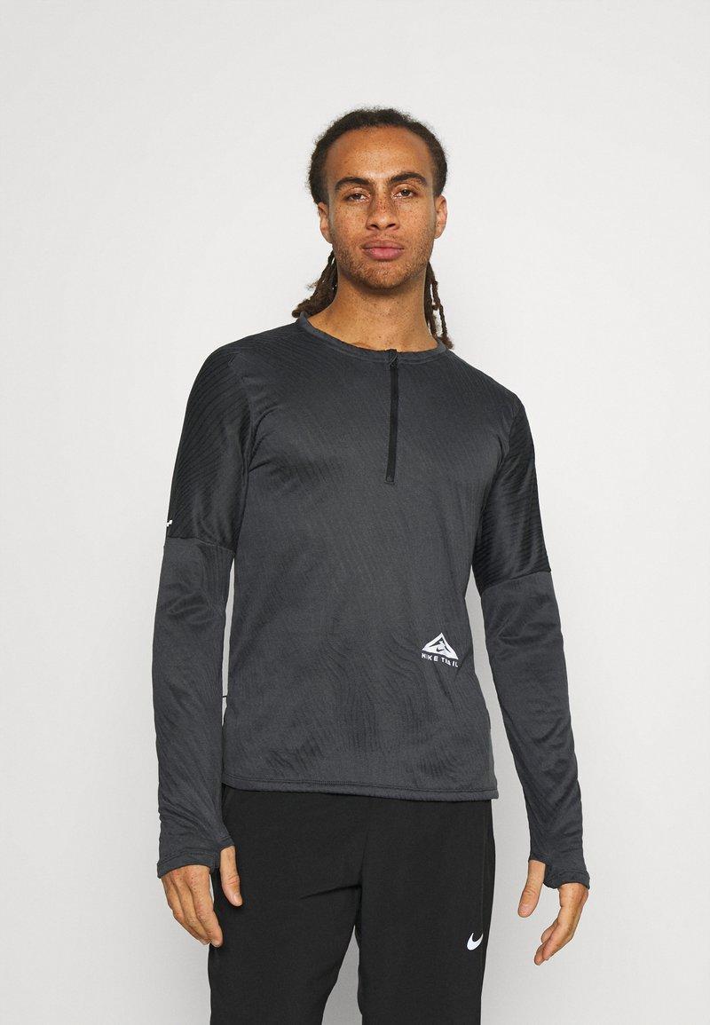 Nike Performance - TRAIL - Camiseta de deporte - black/dark smoke grey