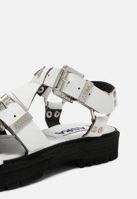 ASRA - SPECTOR - Sandaalit nilkkaremmillä - white - 7