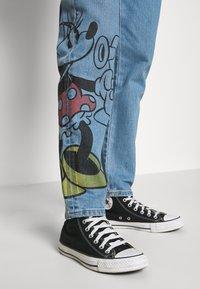 Levi's® - LEVI'S® X DISNEY MICKEY AND FRIENDS  - Relaxed fit jeans - disney w indigo denim - 3