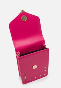 Versace Jeans Couture - STUDS REVOLUTION CROSSBODY - Kabelka - fuxia - 3