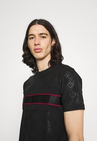 Glorious Gangsta - MINOS TEE - T-shirts print - jet black/red - 3
