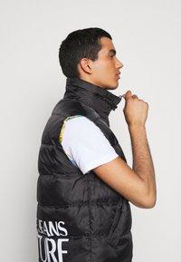 Versace Jeans Couture - RISTOP PRINT BAROQUE - Waistcoat - black - 5