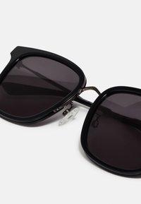 McQ Alexander McQueen - Sluneční brýle - black - 2